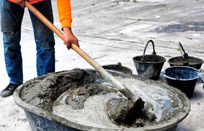 Садовая тяпка справляется намного лучше лопаты, плюс на замешивание тратится меньше сил