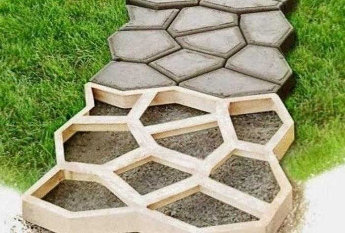 Фактически это та же бетонная дорожка, только рельефная и залитая по определенным формам / Фото: 7dach.ru
