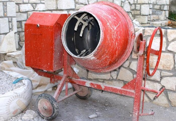 Также уксусом хорошо очищать бетономешалку или емкость, в которой замешивали цемент вручную / Фото: specteh-kaluga.speczakaz.info