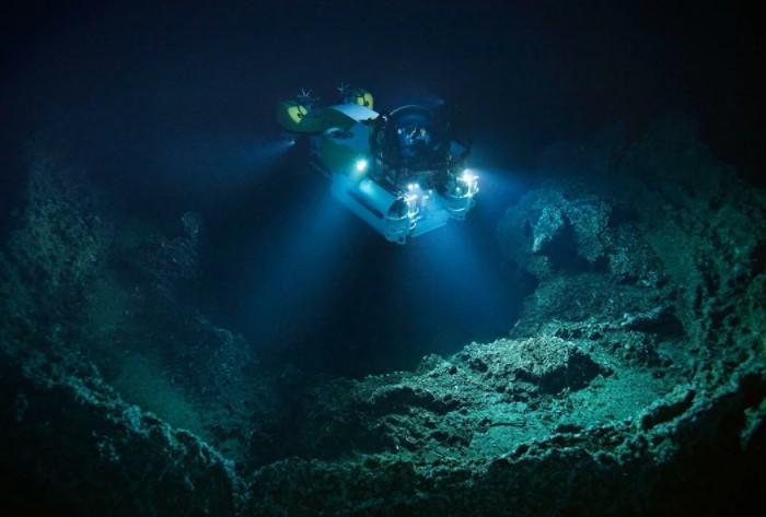 Марианская впадина - глубочайший океанский желоб, расположенный на дне Тихого океана