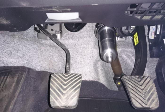 У рулевого колеса есть несколько типов замков, которые подразделяются на нештатные блокираторы и штатные / Фото: blokirator24.ru
