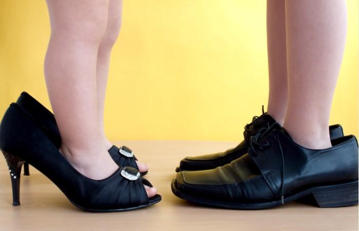 Туфли не по размеру выглядят заимствованными у кого-то / Фото: divomix.com