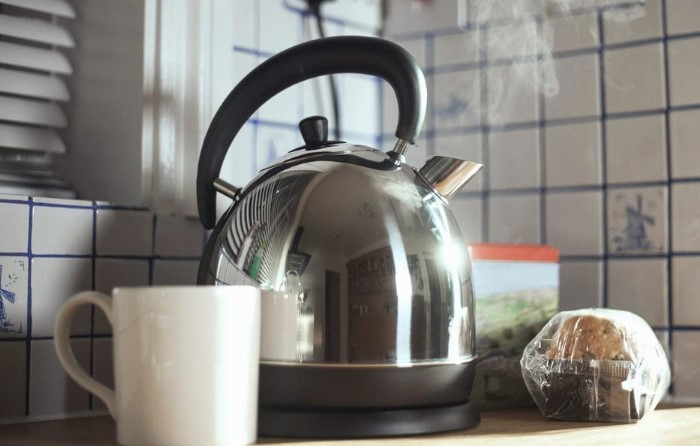 Отложения могут повлиять на вкус чая и кофе / Фото: redfoxday.ru