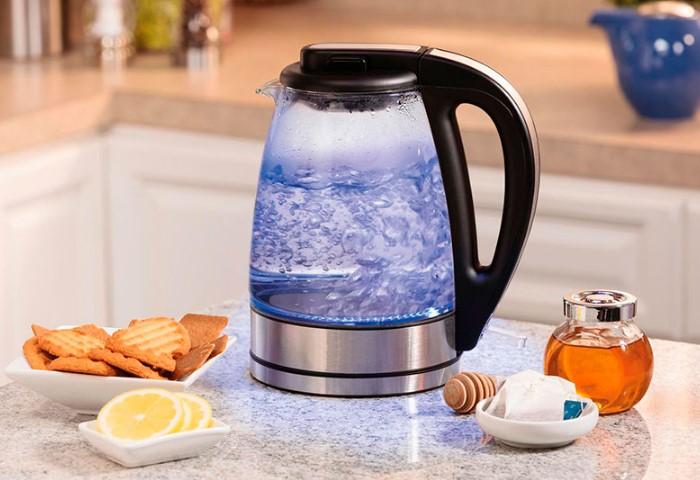 Горячая вода из-под крана негативно сказывается на состоянии чайника / Фото: nastanova.com