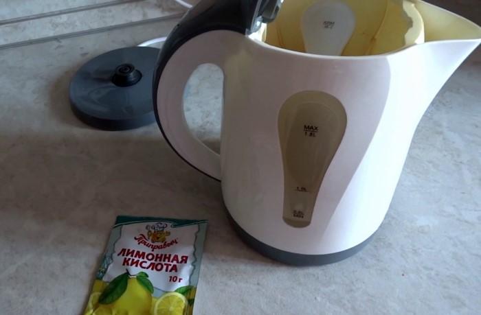 Лимонная кислота поможет избавиться от налета в чайнике / Фото: i.ytimg.com