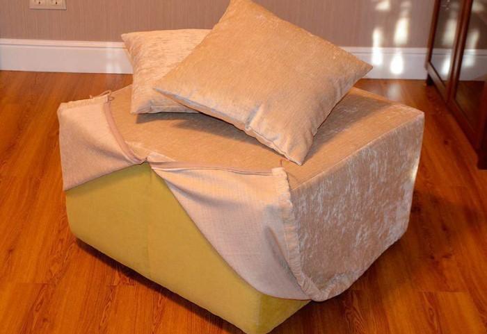Подумайте, хотели бы вы полностью скрыть мебель за чехлом или оставить на виду красивые детали / Фото: cs1.livemaster.ru
