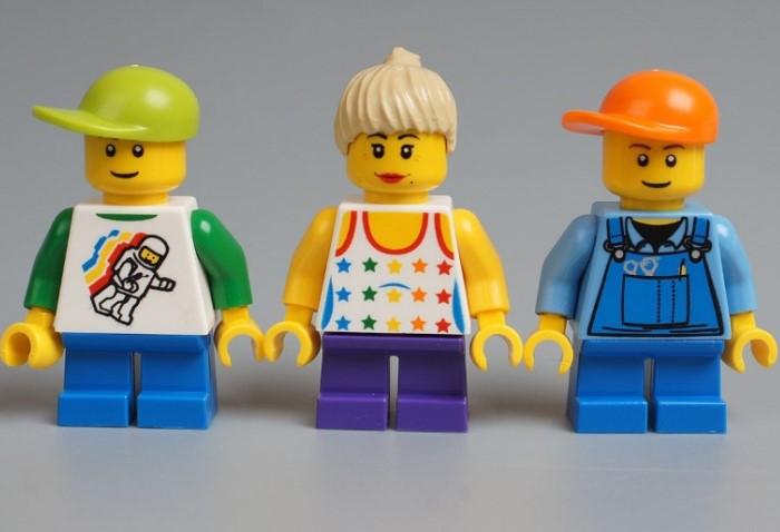 Чтобы избежать расовых предрассудков, компания сделала кожу всех человечков желтой / Фото: pbs.twimg.com
