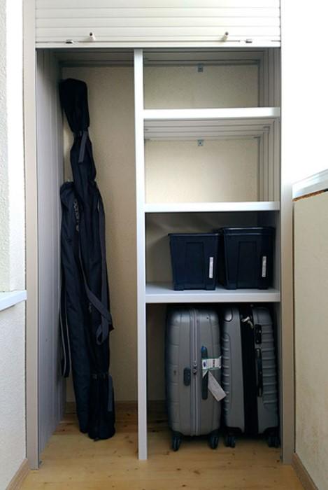 Чемоданы следует хранить в закрытом шкафу, чтобы те не выгорали / Фото: m-svetlogory.ru