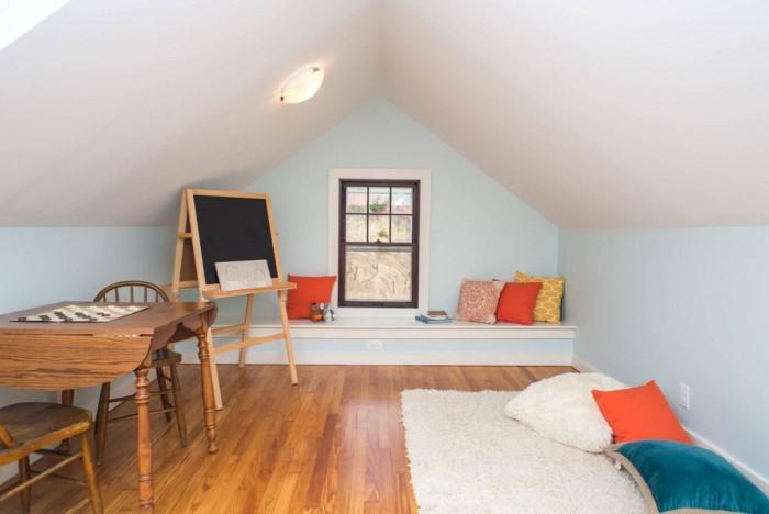 Прием с яркими стенами актуален для комнат с низким потолком и поможет сместить фокус на стены / Фото: remontbp.com
