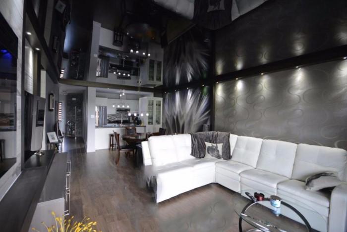 Так вы размоете границу между стенами и потолком, визуально увеличивая пространство / Фото: rumceiling.ru