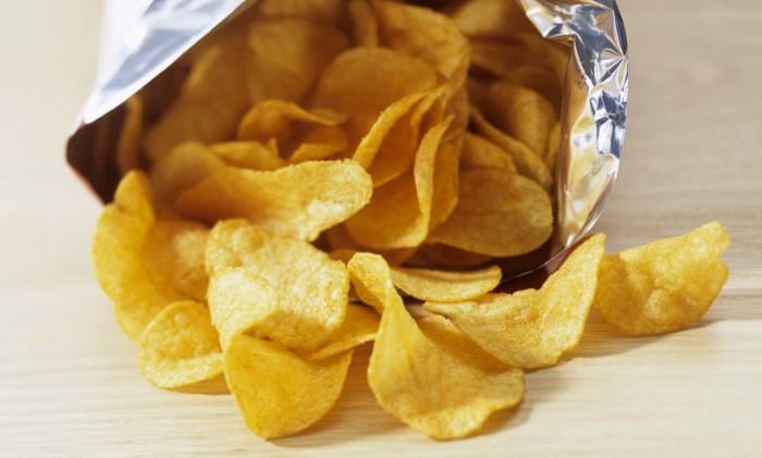 Если чипсы несколько дней полежали открытыми, после морозилки они вновь захрустят / Фото: wallpaperaccess.com