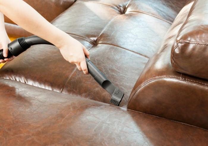 Тщательно вычищайте каждый уголок и складочку дивана / Фото: severdv.ru