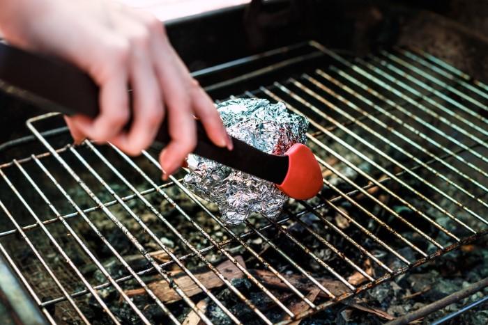 Если под рукой нет моющего средства, выручит фольга / Фото: content-1.foto.my.mail.ru