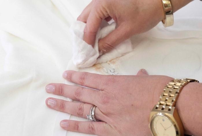 Вывести пятно от тонального крема так же легко, как и поставить