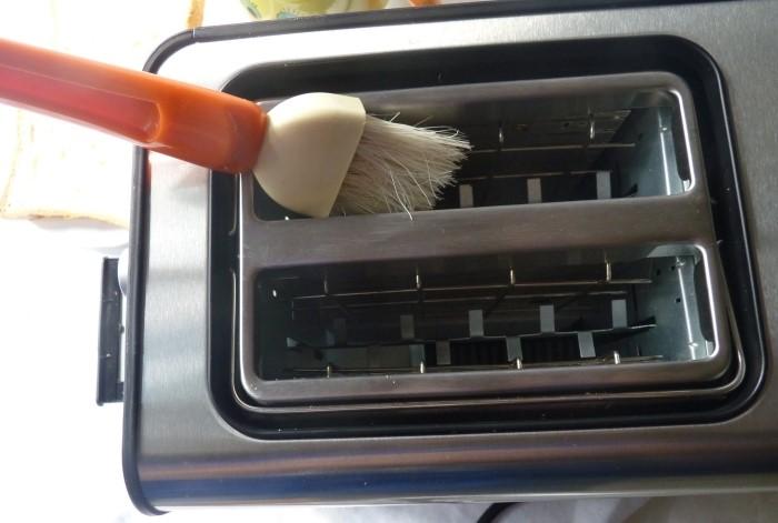 Используйте для чистки тостера специальную щеточку, ершик или старую зубную щетку / Фото: xclean.info