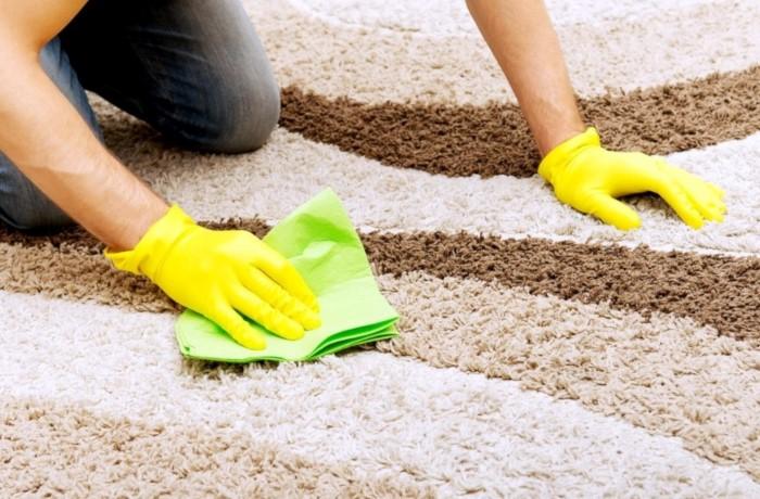 Маленькие ковры достаточно постирать, большие можно почистить на месте / Фото: kowernalampe.ru