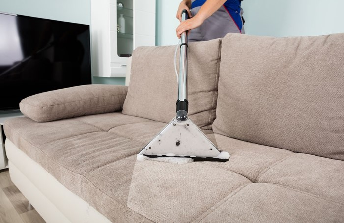 Сотрудники клининговых служб также могут провести химчистку мягкой мебели / Фото: dry-cleanup.ru