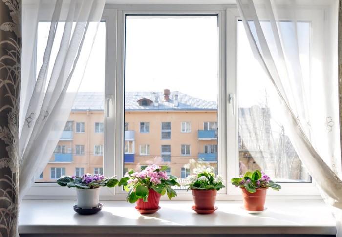 Чистые окна с вымытыми проемами и отливами, без паутины, пыли и грязи - путь позитивной энергии в наш дом / Фото: petrookna.ru