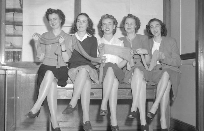 Женщины буквально сметали чулки с полок, поскольку они элегантно облегали ногу, не рвались и стоили относительно недорого / Фото: sun9-59.userapi.com