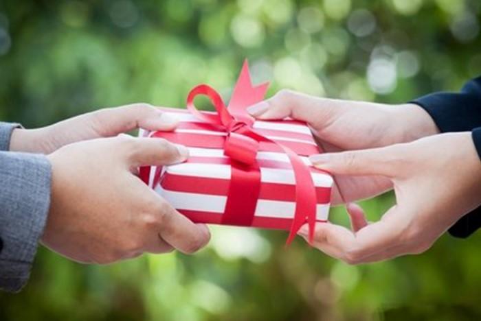Ни в коем случае не несите подарок от неприятного вам человека домой / Фото: sueveriya.ru