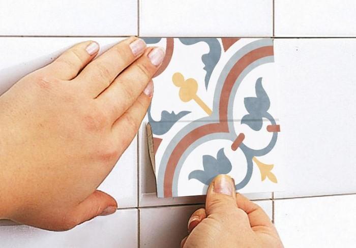 Прикройте дефекты декоративными элементами или подберите контрастный кафель, чтобы разнообразить кладку / Фото: i.etsystatic.com