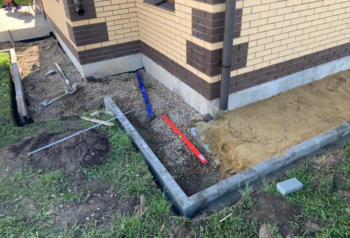 Выбирайте только качественные материалы без примесей, иначе отмостка прослужит намного меньше / Фото: pbs.twimg.com