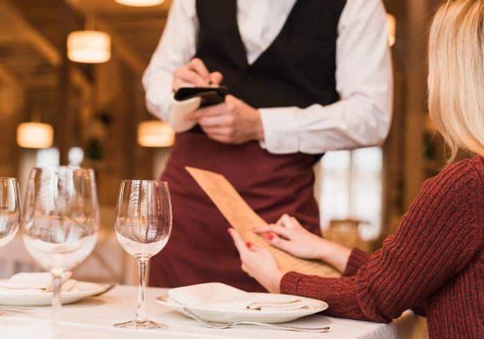 Если не хотите заказывать больше, чем планировали, не ведитесь на предложения официанта / Фото: pbs.twimg.com