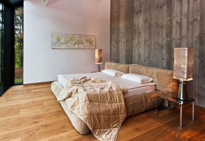 Например, на полу может быть одна порода древесины, а на мебели - другая, но вместе они смотрятся гармонично / Фото: topdom.ru