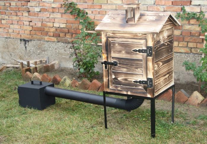 В топку кладут дрова, закрывают дверцу, и начинается процесс холодного копчения / Фото: a.allegroimg.com