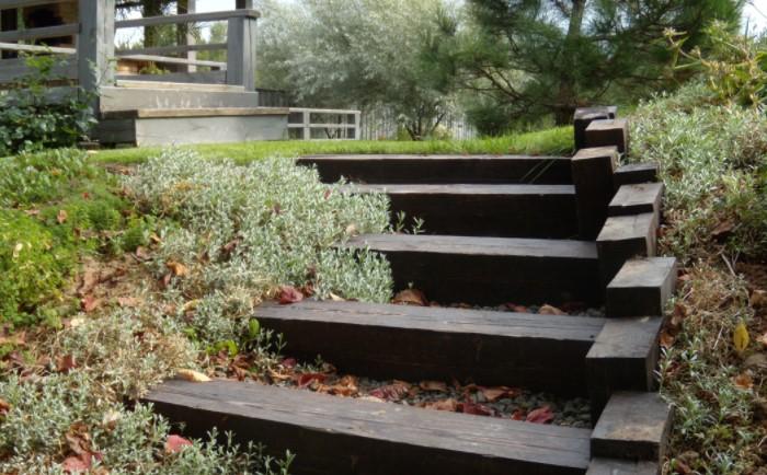 Функциональную лестницу можно сделать из каменистых или древесных материалов / Фото: nicstroy.ru