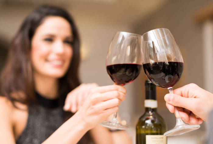Держите бокал за ножку или поставьте его на стол, чтобы не греть напиток / Фото: italian-traditions.com