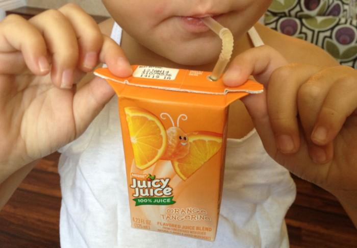 Научите этой хитрости своего ребенка и больше он не испачкается соком / Фото: cdn.amoanimals.com