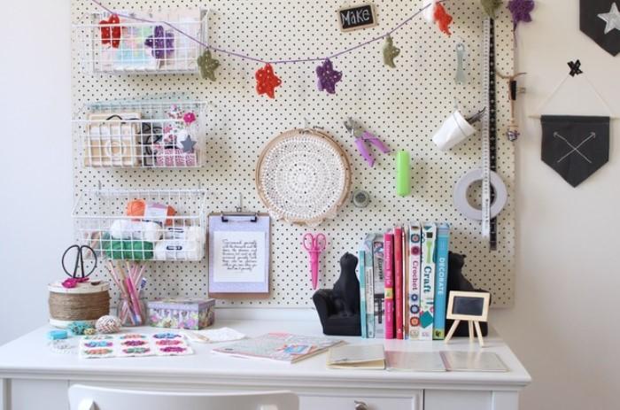 Сделайте на панели полочки, съемные органайзеры, крючки, где можно расположить канцелярию, игрушки и детские шедевры / Фото: moidom.boltai.com