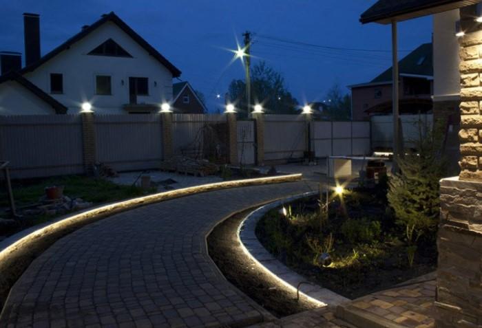 Световые шнуры прекрасно выглядят на садовой дорожке, цветнике, площадке, террасе, лестнице, освещая путь / Фото: terra-led.ru