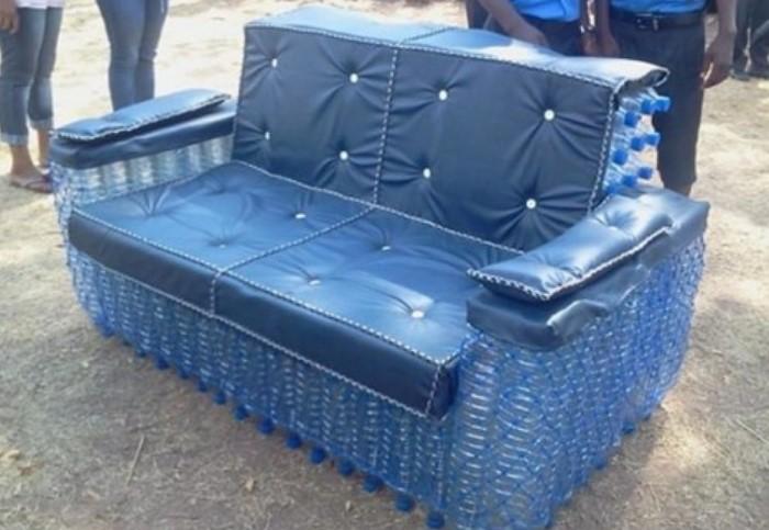 Из пластиковых бутылок получится садовая скамья или даже целый диван / Фото: imbuilder.ru
