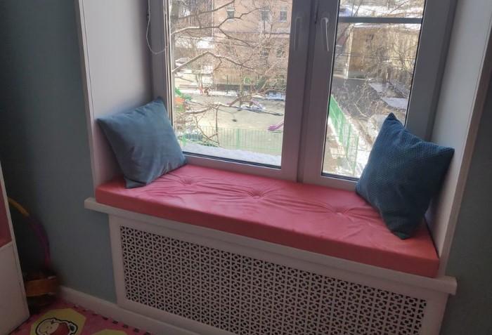 Если в комнате низкий подоконник, из него можно сделать мини-диван и читать книги у окна / Фото: cs2.livemaster.ru