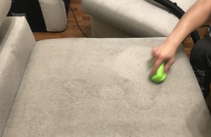 Если диван покрылся пятнами, это не повод выбрасывать мебель, ведь их можно отчистить