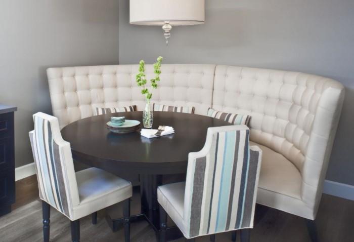 Подберите стулья и диван примерно одной высоты, чтобы все сидели на одном уровне / Фото: birchhilldam.com