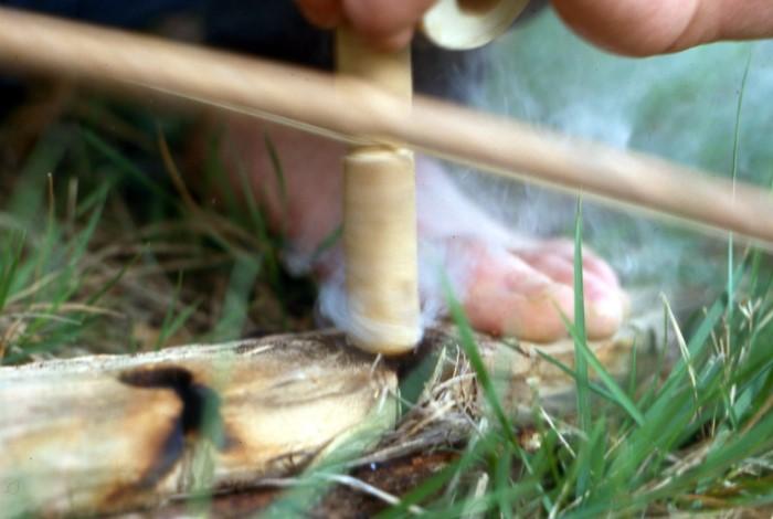 Хорошо надавливайте на стержень и крутите его между ладонями по направлению вниз и вверх / Фото: upload.wikimedia.org