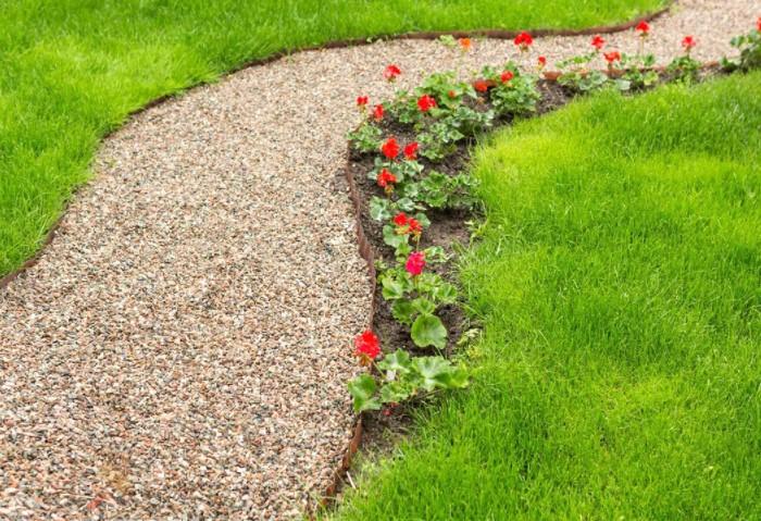 В композиции с щебнем и гравием сочетаются плоские камни, тротуарная плитка, деревянные элементы / Фото: skilljob.ru