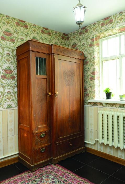 Шкафы из натурального дерева всегда выглядят дорого и добротно / Фото: img.anews.com