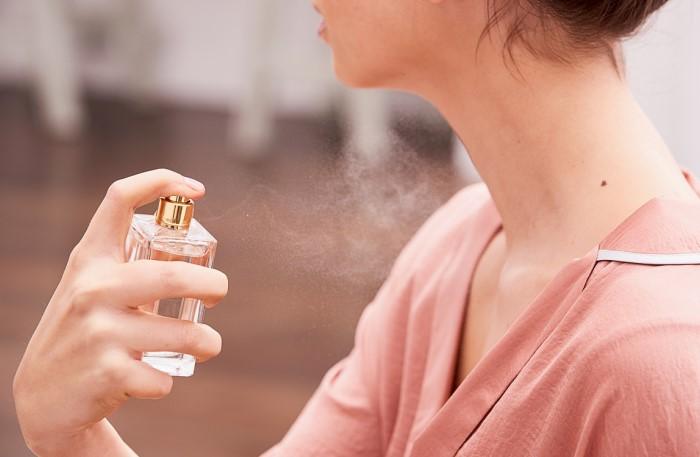 Наносите парфюм на запястья, за ушами, у горла и на сгибах локтей / Фото: syl.ru