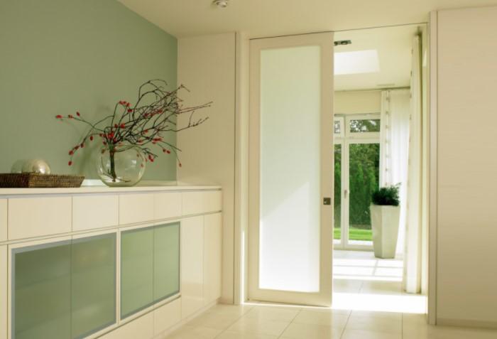 Делайте двери от пола до потолка, и пространства будет намного больше / Фото: autogear.ru