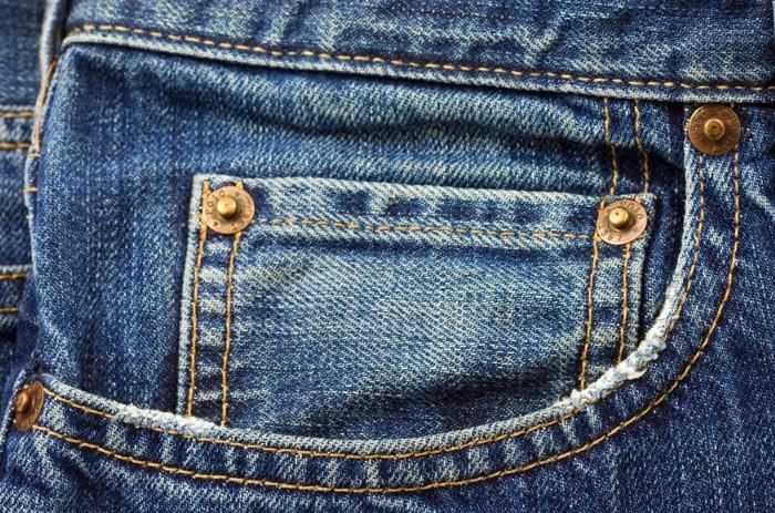 Маленький кармашек и заклепки на джинсах - вовсе не декоративные элементы / Фото: chastnik.ru