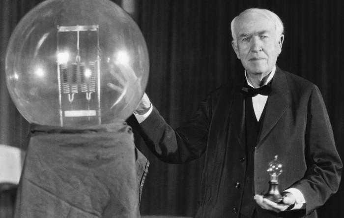 Томас Эдисон не создавал лампочку, а разработал осветительную систему с прочной нитью накала / Фото: rusenergetics.ru