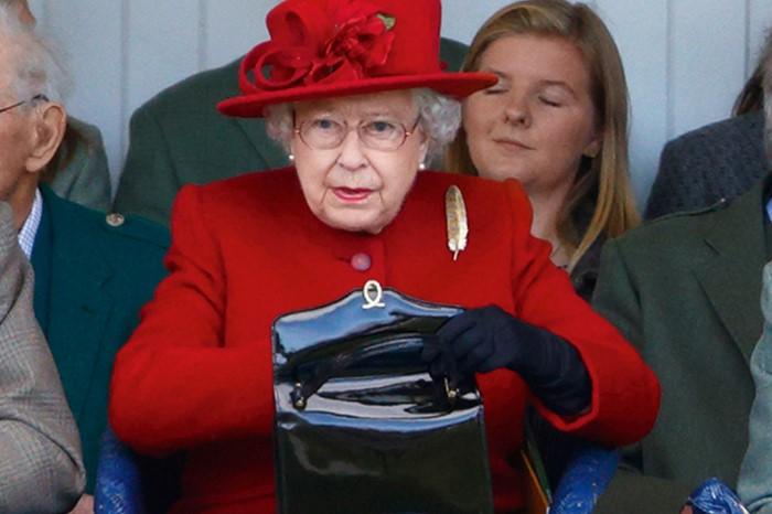 Елизавета неспроста носит с собой сумочку / Фото: sovetok.com