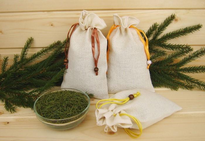 Саше с еловой хвоей поможет нейтрализовать неприятные ароматы в доме / Фото: cs5.livemaster.ru