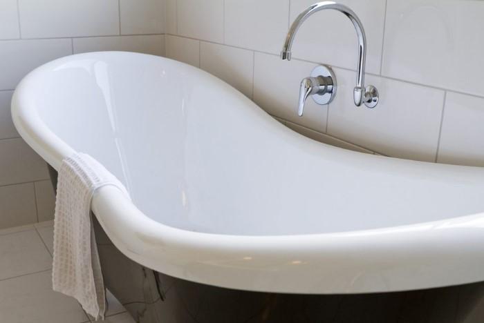 Для эффективного отбеливания ванну нужно прогреть и просушить / Фото: eto-vannaya.club
