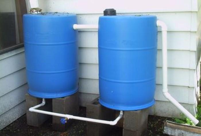 Если вода подается с перебоями или по  графику, установите накопительные емкости для жидкости / Фото: img.gwsigeps.com