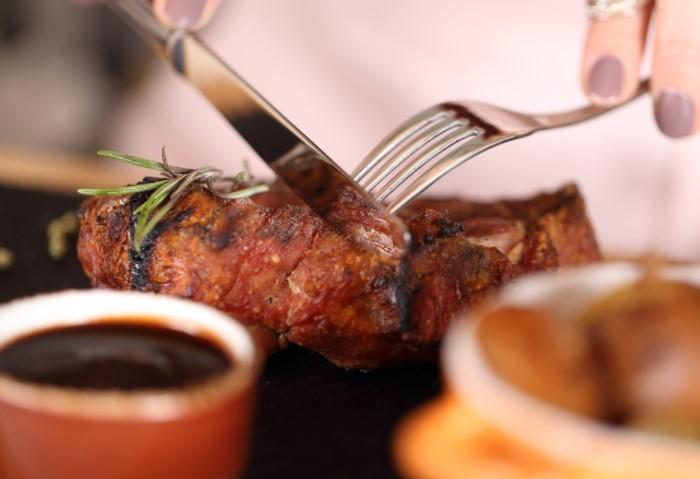 Противники мяса мотивируют это тем, что на переваривание продукта желудок тратит много времени и сил / Фото: integrativenutrition.com